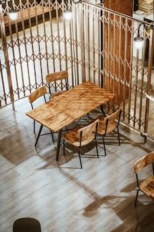 Leerer hölzerner tisch und stuhl