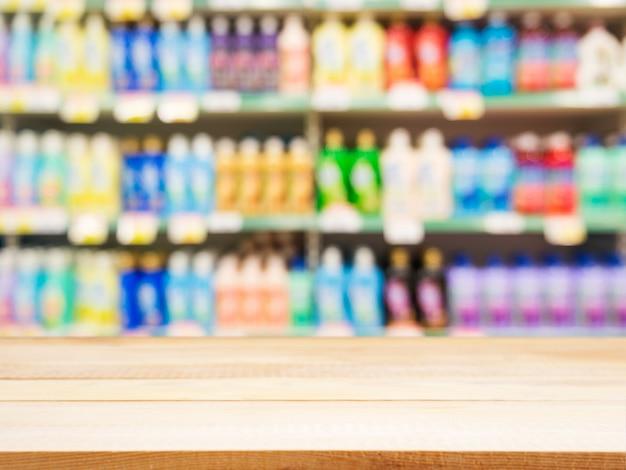Leerer holztisch vor unscharfem supermarkt
