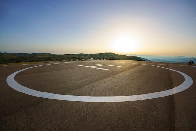 Leerer hubschrauberlandeplatz auf einem gipfel an einem abgelegenen ort auf dem land