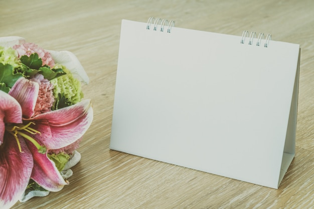 Leerer kalender auf hölzernem hintergrund