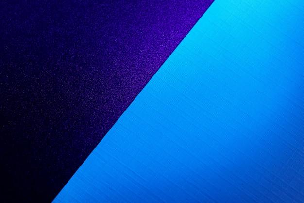 Leerer karton papierblatt hintergrund in dunkelblauem licht, kopienraum