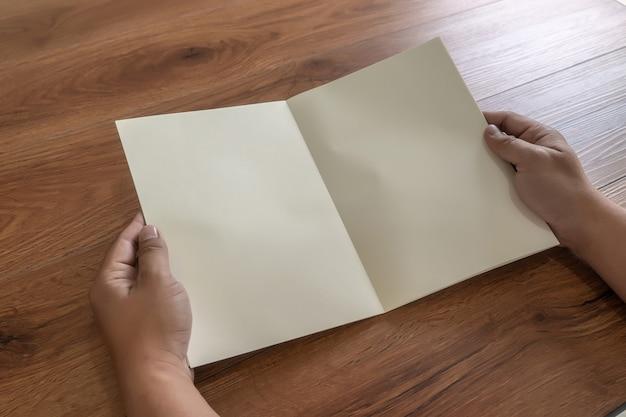 Leerer katalogporträtkatalog-buchspott oben auf hölzernen brandingidentitätszeitschriften