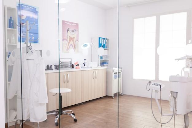 Leerer kieferorthopäde-krankenhausschrank für stomatologie mit niemandem drin