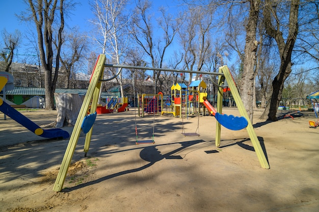 Leerer kinderspielplatz im kathedralenplatz im zentrum von chisinau, moldawien im ausnahmezustand aufgrund der bedrohung durch das covid-19-virus