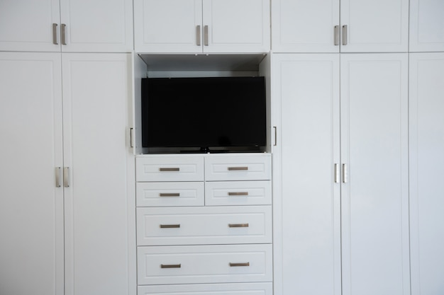 Leerer kleiderschrank mit fernseher im wohnzimmer