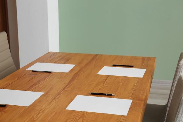 Leerer konferenzraum für besprechung vorbereitet