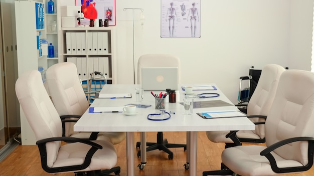 Leerer konferenzraum für krankenhausarztsitzungen, modernes professionelles büro. klinikinnenraum mit niemandem darin, bereit für eine medizinische konferenz mit professionellen ärzten.
