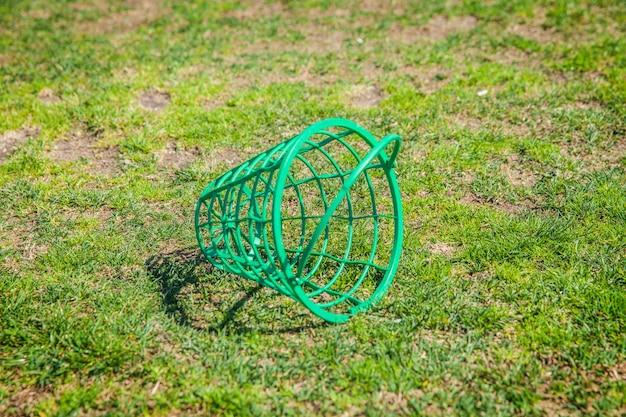 Leerer korb mit golfbällen auf dem golfplatz in otocec, slowenien