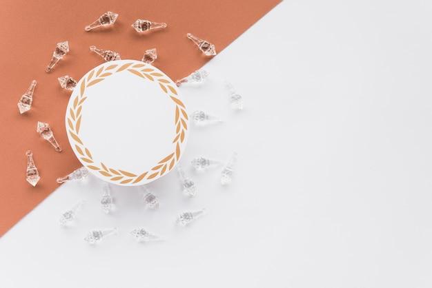 Leerer kreisförmiger rahmen für die nachricht, umgeben von kristallhüllen auf zwei oberflächen