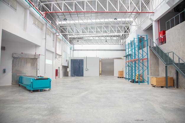 Leerer lagerinnenraum in der logistischen industrie