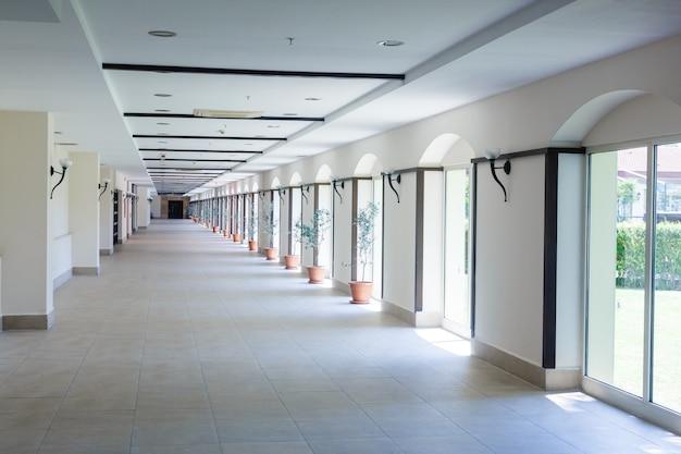 Leerer langer korridor im modernen bürogebäude.
