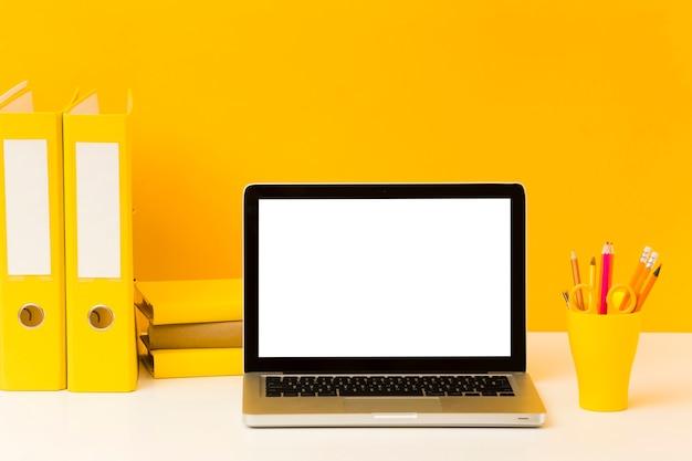Leerer laptop auf der vorderansicht des schreibtisches