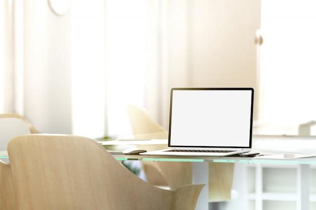 Leerer laptop-bildschirm im büro, tiefenschärfeeffekt,