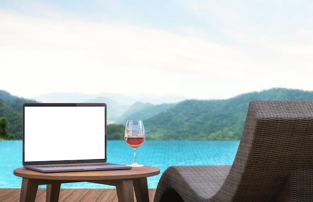 Leerer laptop-monitor und poolbett mit verschwommenem berg- und naturszenen-hintergrund 3d-rendering