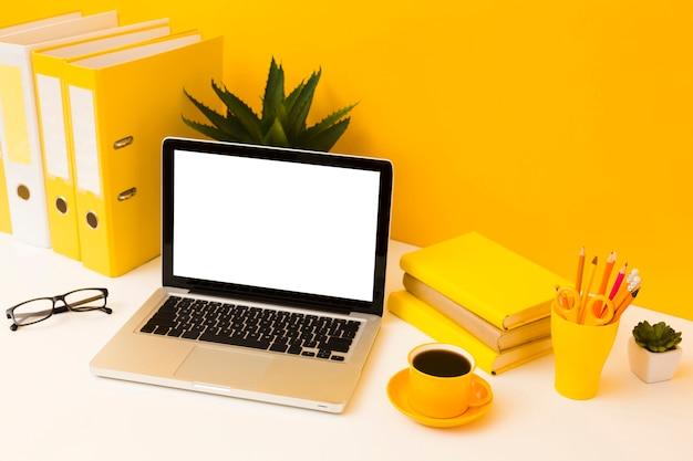 Leerer laptop und kaffeegetränk