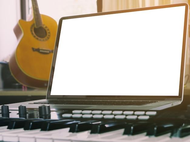 Leerer laptopschirm für computermusikspott oben