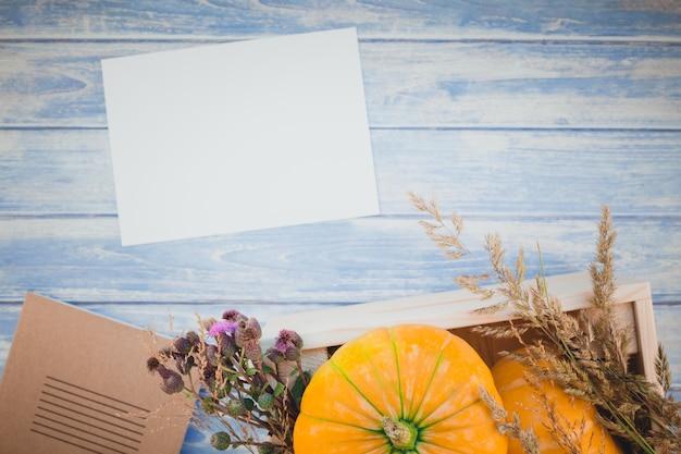 Leerer leerer brief mit herbstkürbisen