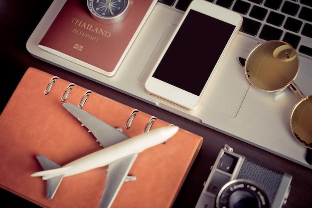 Leerer leerer telefonschirmspott oben auf reise blogger-arbeitsschreibtisch