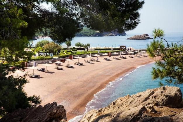 Leerer luxusstrand in montenegro nahe der insel sveti stefan