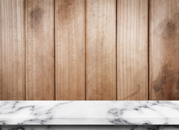 Leerer marmortisch mit hölzernem texturhintergrund zur anzeige oder montage ihrer produkte