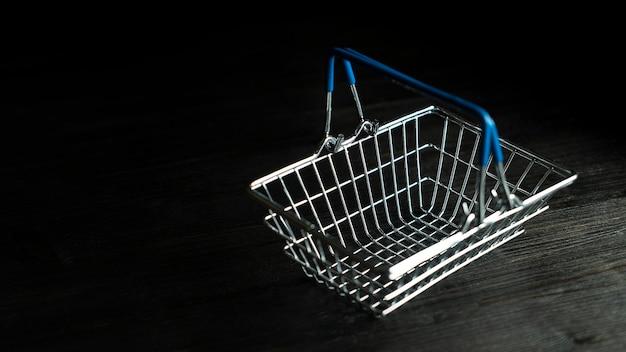 Leerer mini-spielzeug-selbstbedienungs-einkaufskorb mit blauen griffen