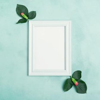Leerer modellrahmen mit kopienraum und gartennelkenblumen