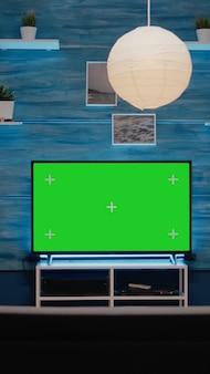 Leerer moderner raum mit grünem bildschirm