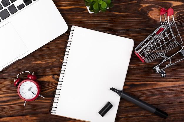 Leerer notizblock der draufsicht auf schreibtisch