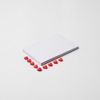 Leerer notizblock mit kleinen herzen