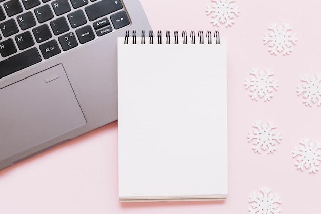 Leerer notizblock mit kleinen schneeflocken