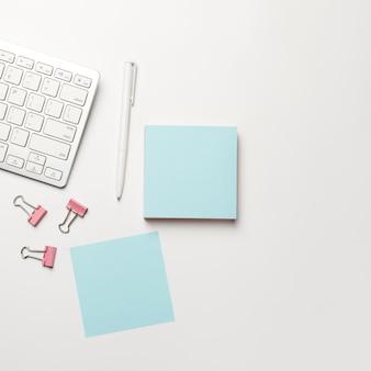 Leerer notizblock mit stift auf mit hintergrund