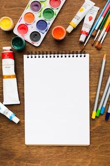 Leerer notizblock und farbpalette