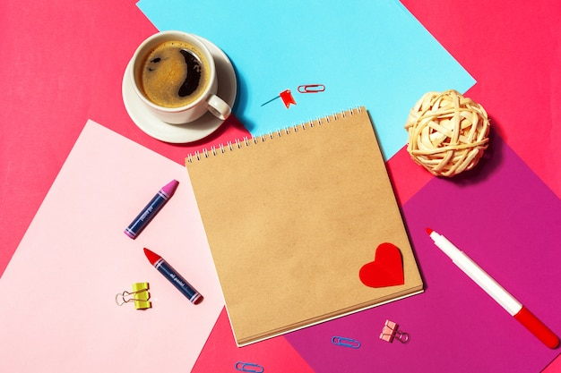 Leerer notizblock und kaffeetasse