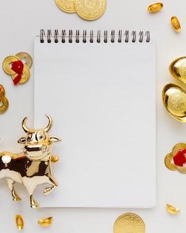 Leerer notizblock und traditioneller chinesischer neujahrsochse