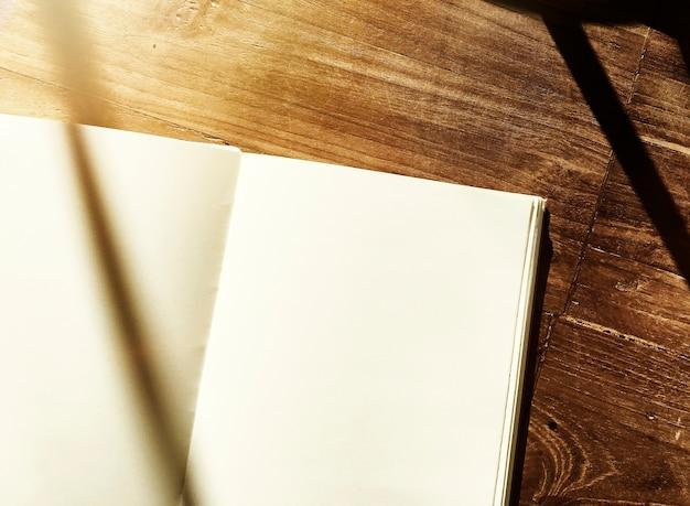 Leerer notizbuch-hölzerner bürotisch