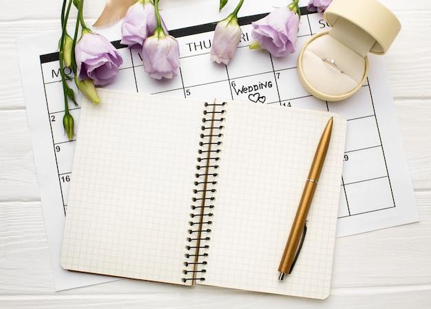 Leerer offener notebook-hochzeitsplaner