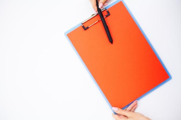 Leerer ordner mit bereichspapier. hand, die ordner und griff hält