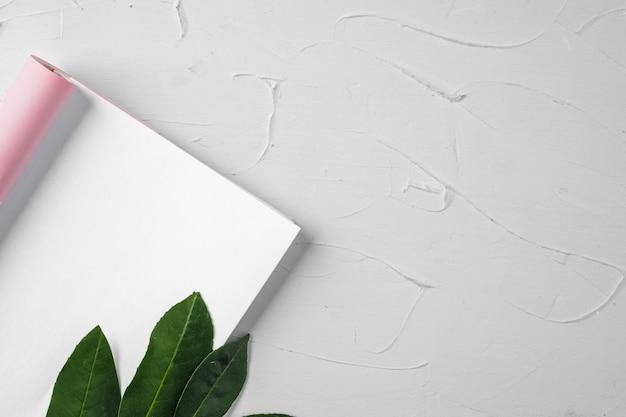 Leerer papierbrief mit pflanzenzweig, kopierraum