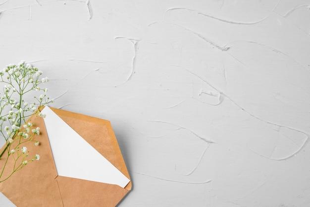 Leerer papierbrief mit pflanzenzweig