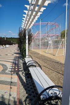 Leerer park mit leeren bänken zur vorbeugung gegen die covon-19-krankheit des coronavirus. geschlossener park zur einschränkung während der quarantäne.