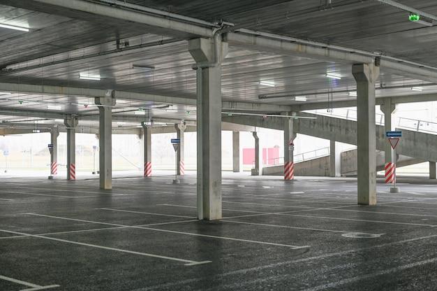 Leerer parkplatz am sb-warenhaus. keine käufer