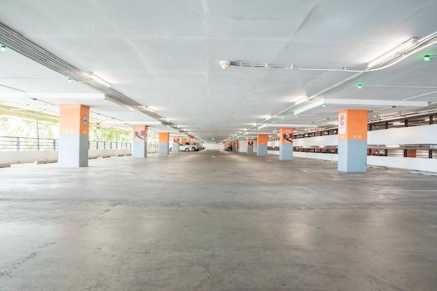 Leerer parkplatz in der tiefgarage.