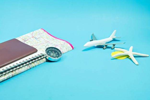 Leerer pass mit notizbuch und karte