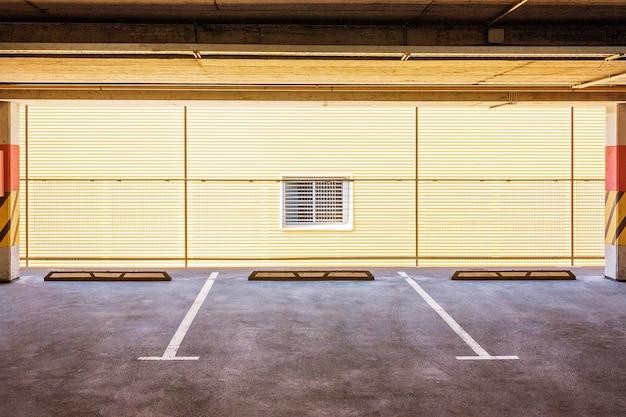 Leerer pkw-parkplatz