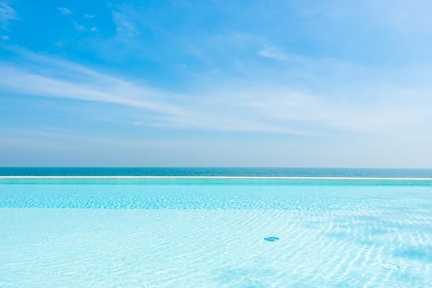 Leerer pool mit ozean meer