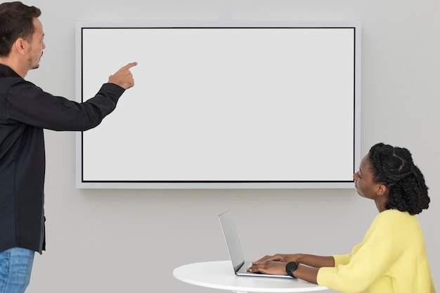 Leerer projektionsbildschirm mit kollegen in einer meeting-smart-technologie