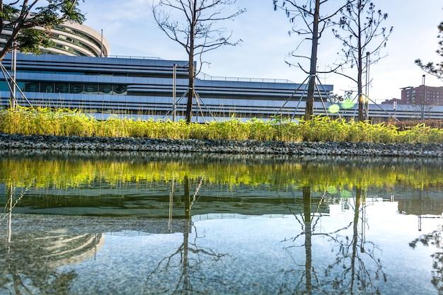 Leerer quadratischer boden und grüne gebirgsnatur gestalten im stadtpark landschaftlich