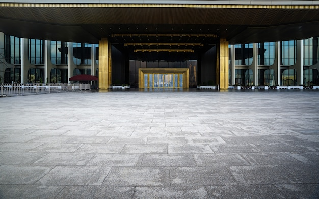 Leerer quadratischer boden und moderne gebäude in qingdao, china