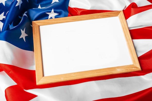 Leerer rahmen auf hintergrund der amerikanischen flagge
