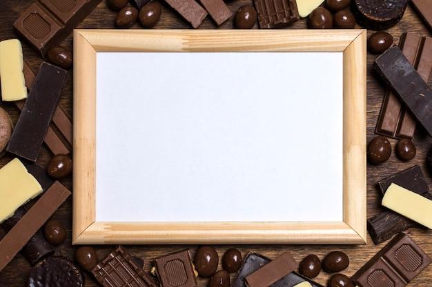 Leerer rahmen auf schokolade